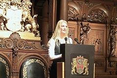 Frau dr. med. dent. Katy Duesterhoeft bei ihrer Rede zum Senator Neumann Preis im Hamburger Rathaus