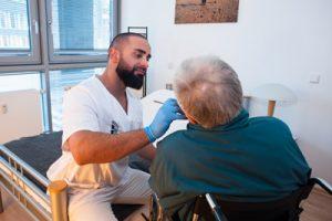 Unser Zahnarzt kommt in Ihre Einrichtung und kümmer sich bedarfsgerecht um Ihre Bewohner
